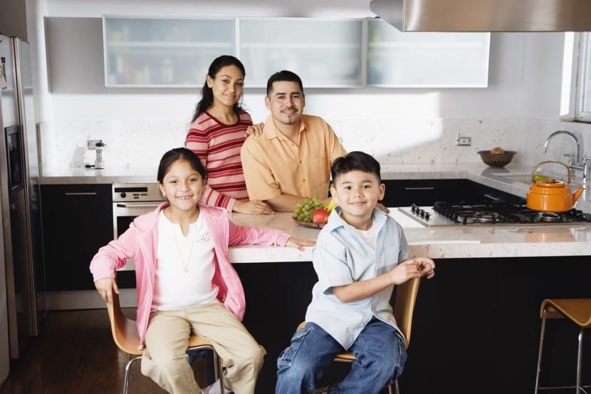 reunión familiar en la cocina