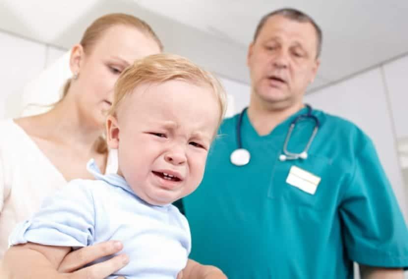 Bebé que llora en el médico