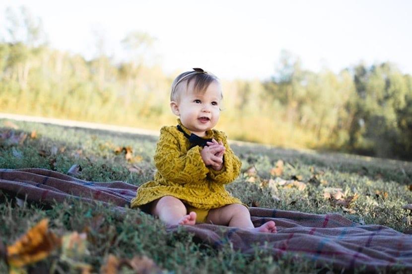 Bebé sentado sobre la hierba