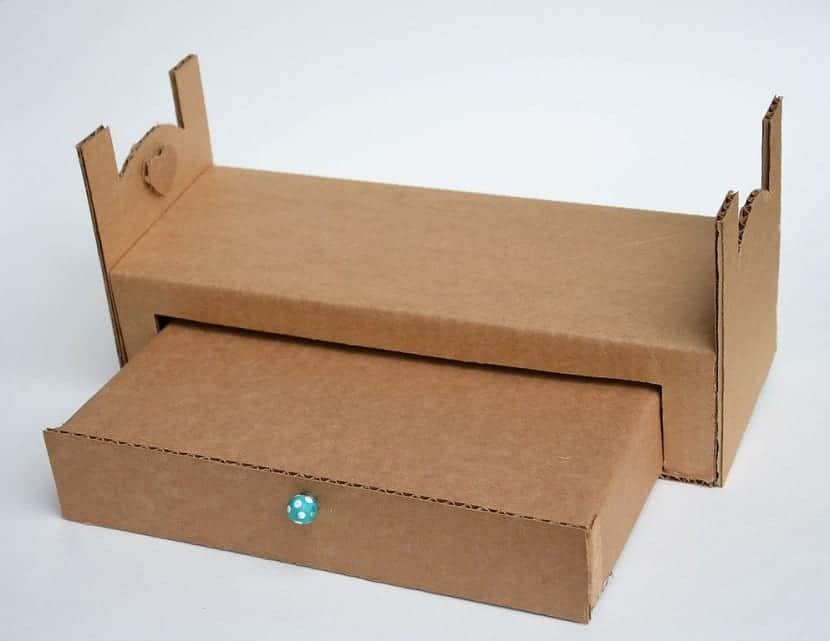 Cama de cartón para casa de muñecas