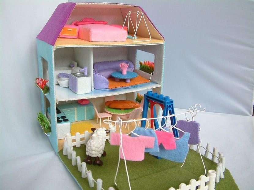 Casa de muñecas de cartón y fieltro