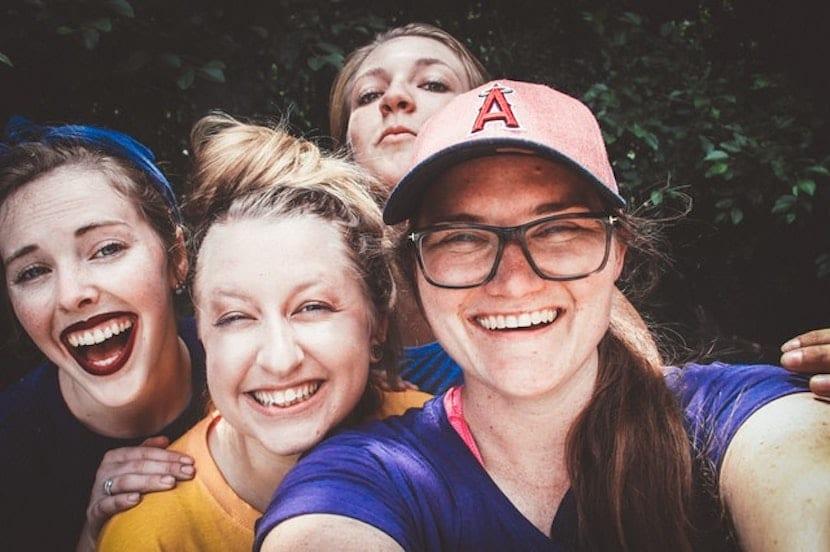 Grupo de niñas adolescentes haciéndose un selfie