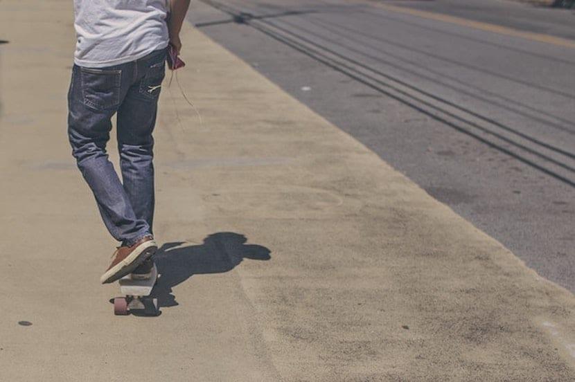 Chico adolescente sobre un skate board