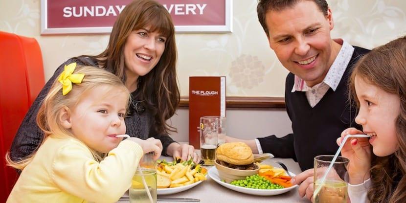familia comiendo en restaurante