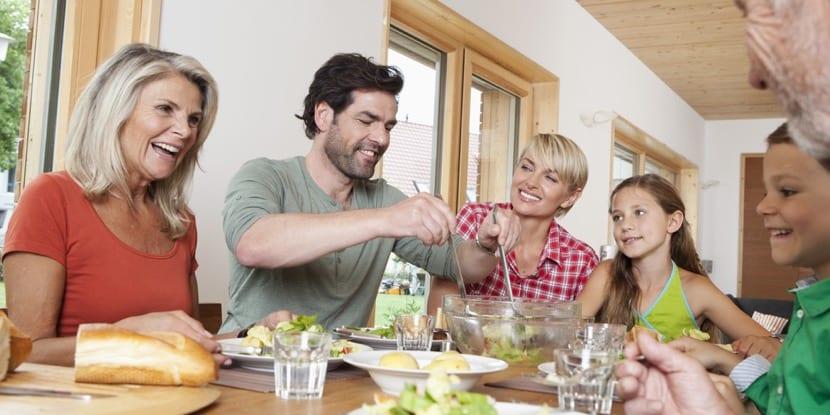 familia comiendo en casa