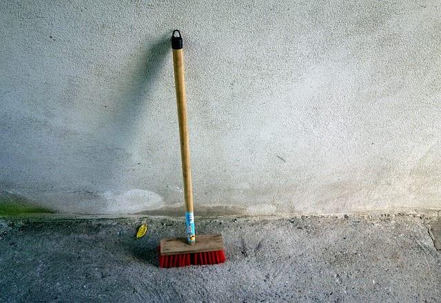 Escoba infantil para tareas domésticas