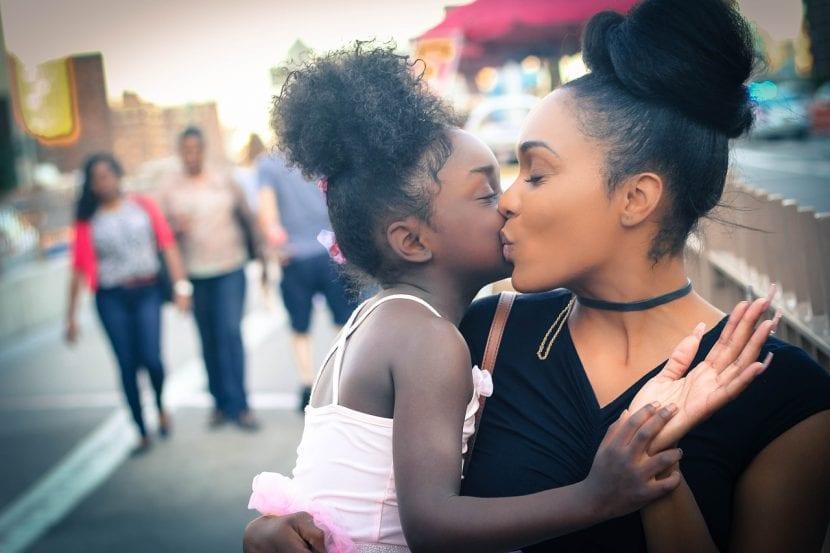 Madre e hija se besan entre la multitud