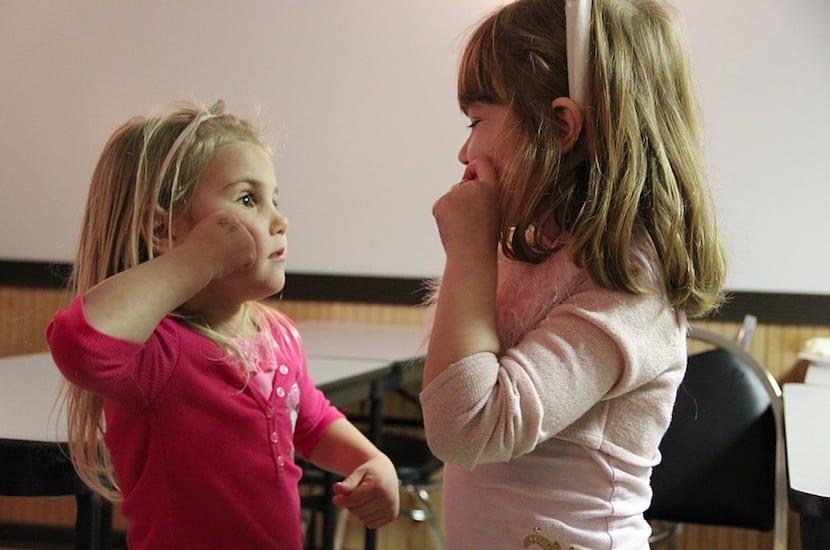 Niñas comunicándose con lengua de signos