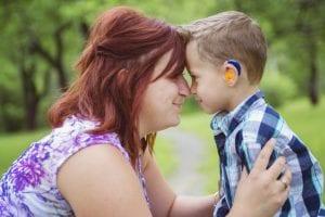 Madre con niño sordociego