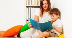 Una madre y un niño en un rincón de lectura
