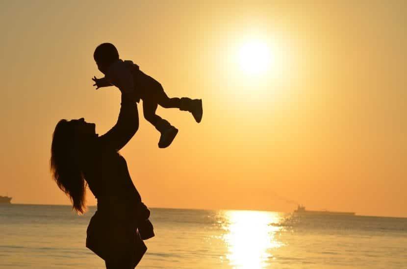 Madre e hijo jugando en la playa