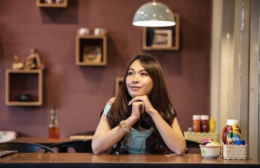 Mujer en la cocina reflexionando sobre su posible maternidad.