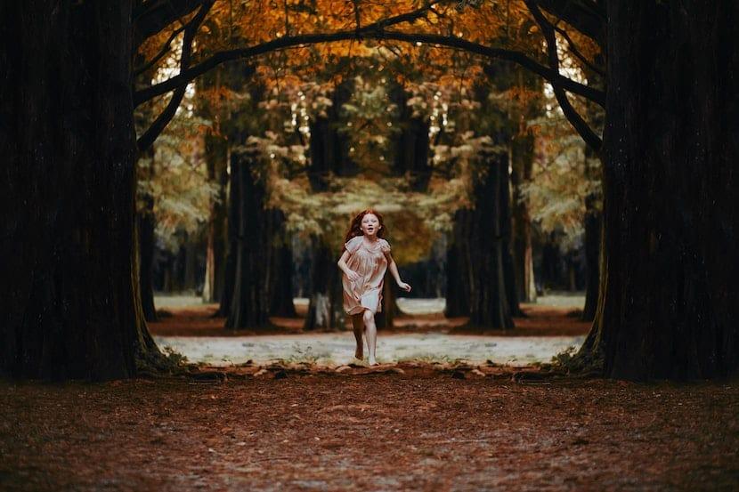 Niña paseando por el bosque