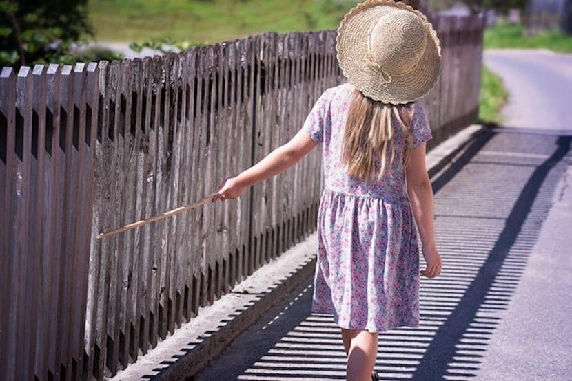 Niña paseando al sol