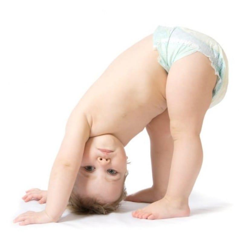 Cambiar el pañal de pie según el método Montessori: ¿Cómo hacerlo y por qué?