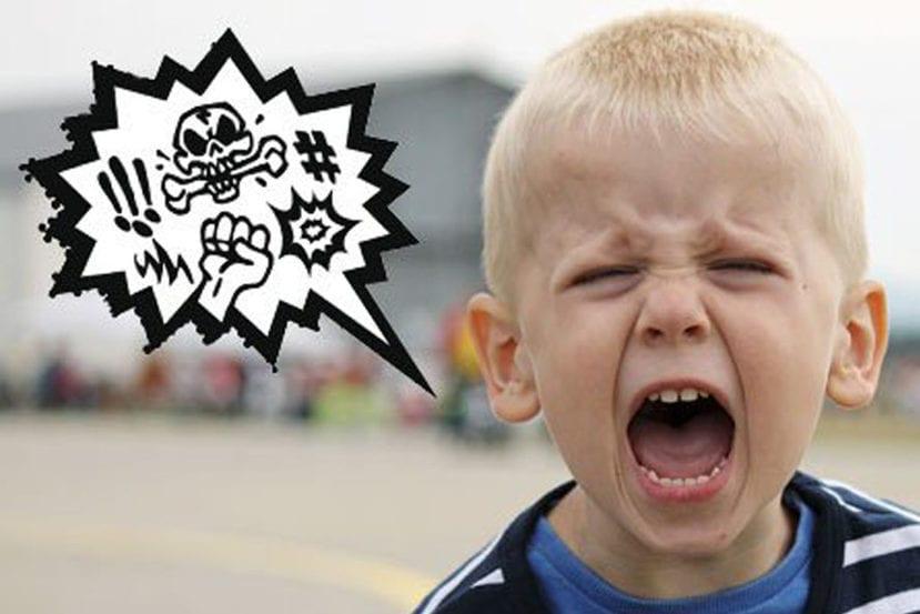Niño diciendo palabrotas