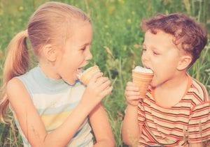 Niños comiendo helado