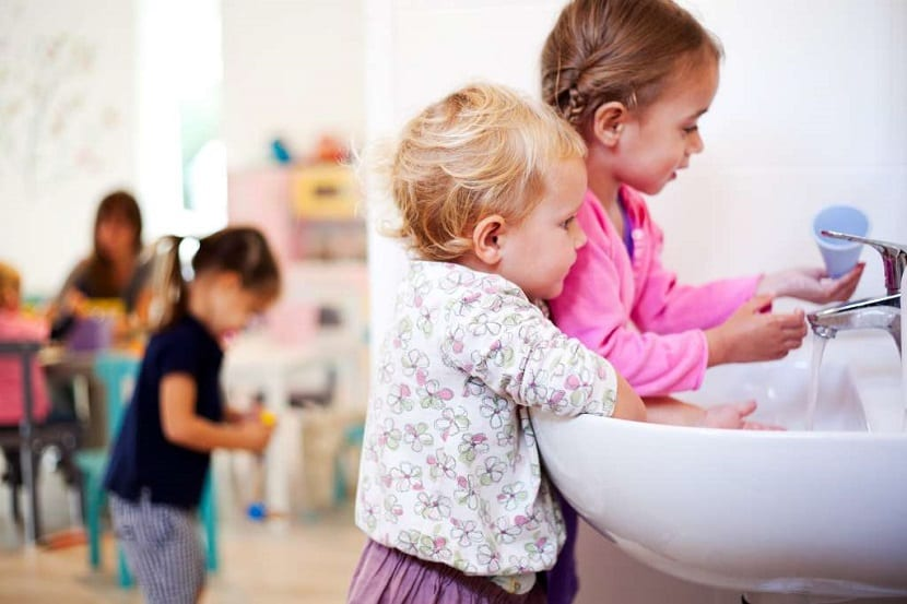 Niños lavándose las manos
