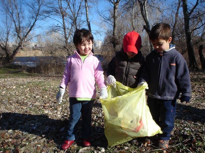 Niños limpiando el bosque