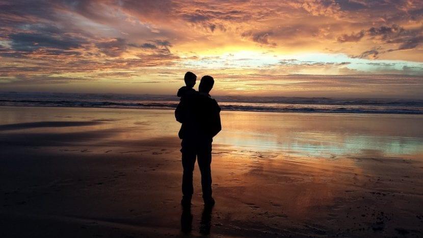 Padre e hijo unidos frente a la inmensidad.