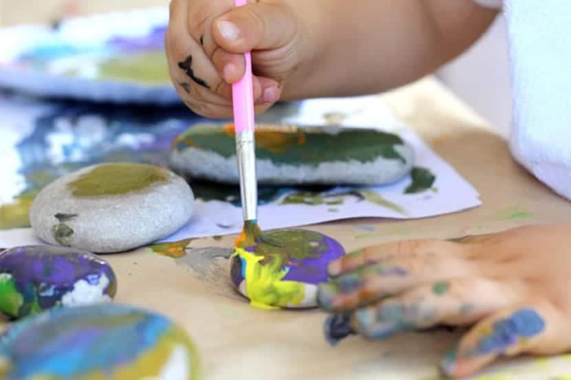 Niños pintando piedras