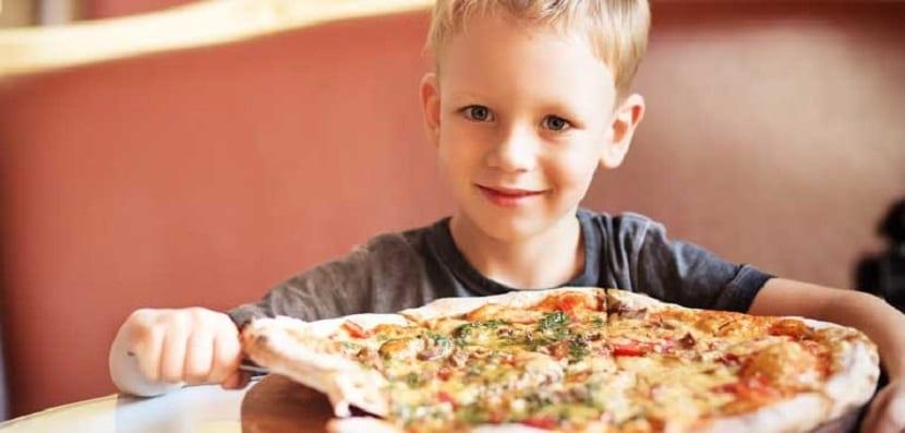 Niño pequeño con una pizza