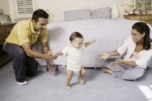 Bebé aprendiendo a andar descalzo