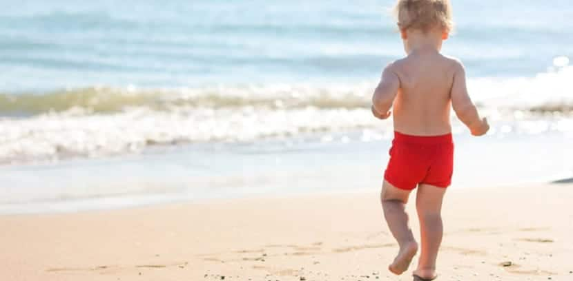 Bebé caminando en la playa