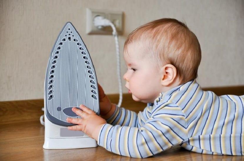 Bebé tocando una plancha