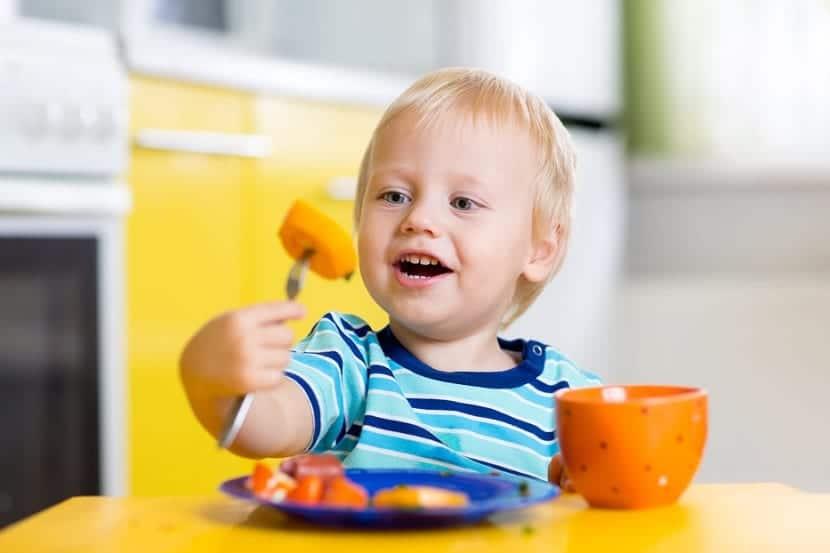Bebé tomando fruta