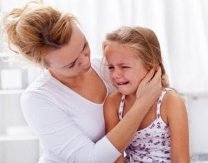 Niña angustiada por la mudanza, es consolada por su madre.