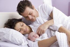 Padres con un recién nacido