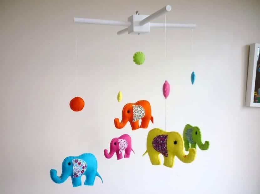 Móvil para la cuna con elefantes