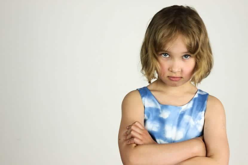 Niña se muestra enfadada y en sin disposición de actuar.