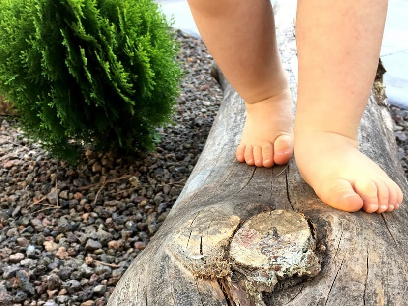 Niño andando descalzo