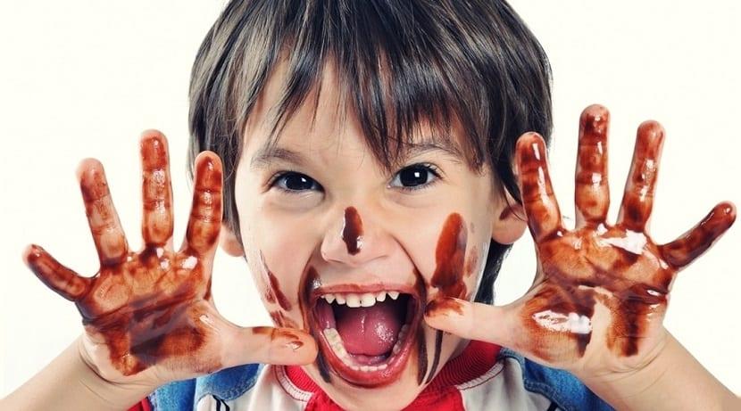 Niño jugando con chocolate