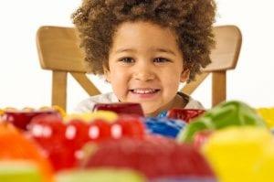 Niño comiendo gelatina