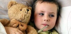 Niño pequeño con fiebre