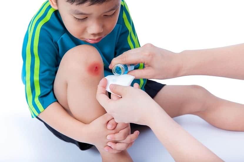 Niño con herida en la rodilla