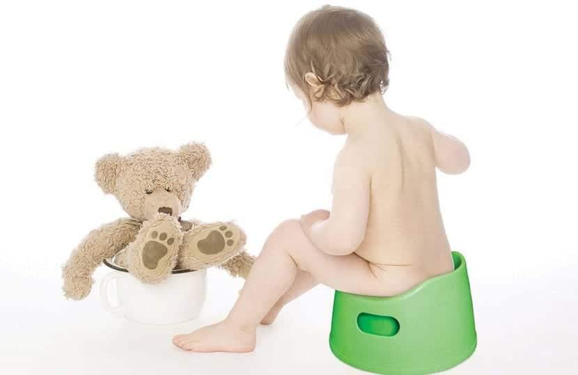 Bebé usando un orinal