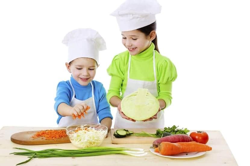 Dos niños cocinando