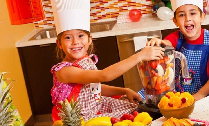 Niños cocinando con frutas