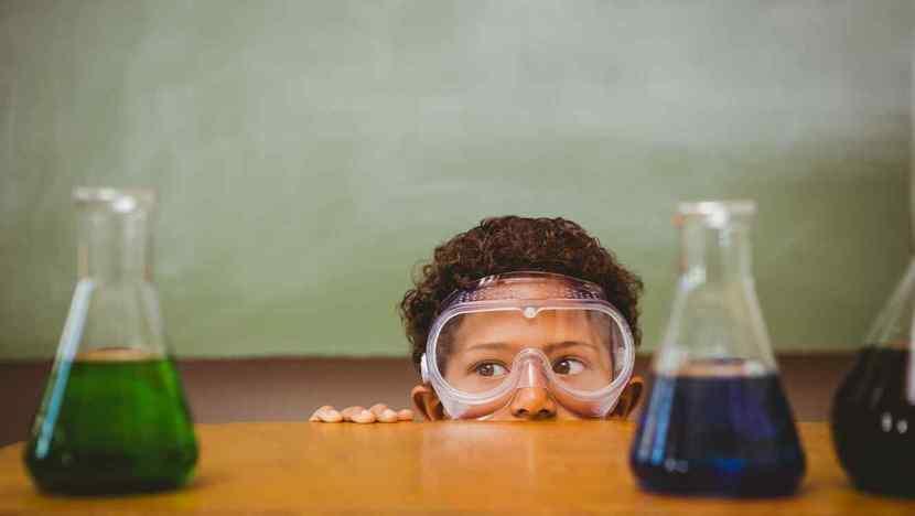 Niño con gafas protectoras