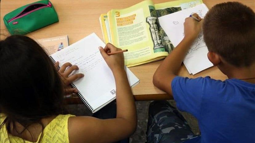 Niños haciendo deberes en verano