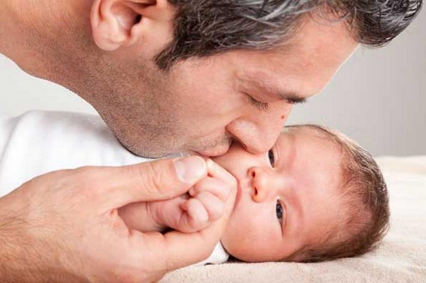 Padre besa a su bebé