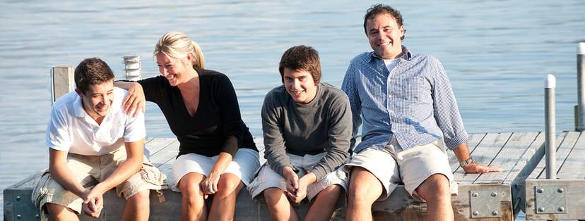Adolescentes de veraneo en familia
