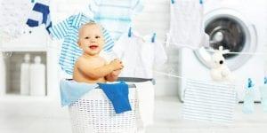 Bebé en un cesto de ropa