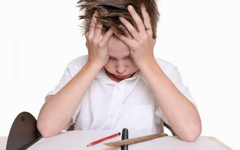 Niño no logra concentrarse en sus deberes escolares.