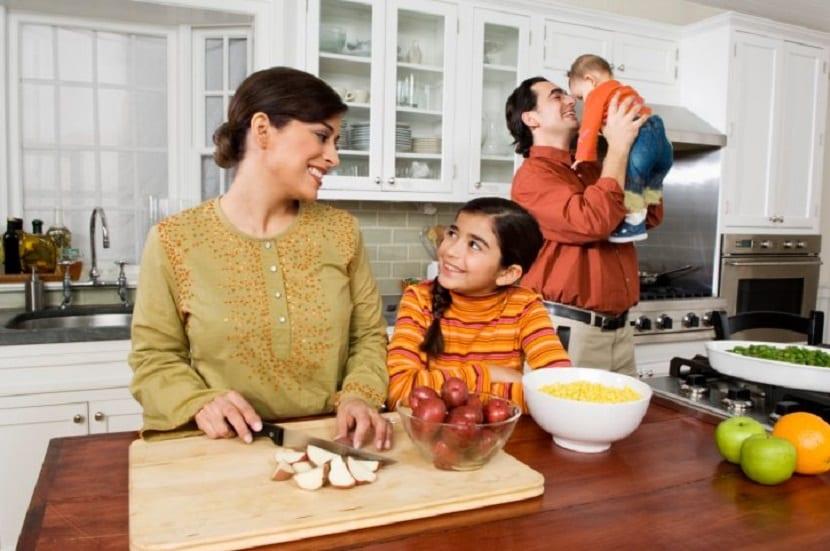 Familia en la cocina