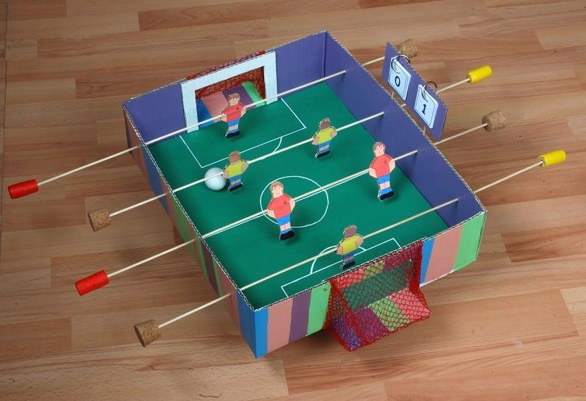 Futbolín de cartón DIY